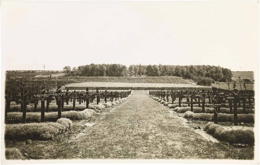 Schwarz-weiß-Foto: Grabkreuze links und rechts, mit einem Mittelweg, der auf eine Anhöhe mit Kreuz zuführt