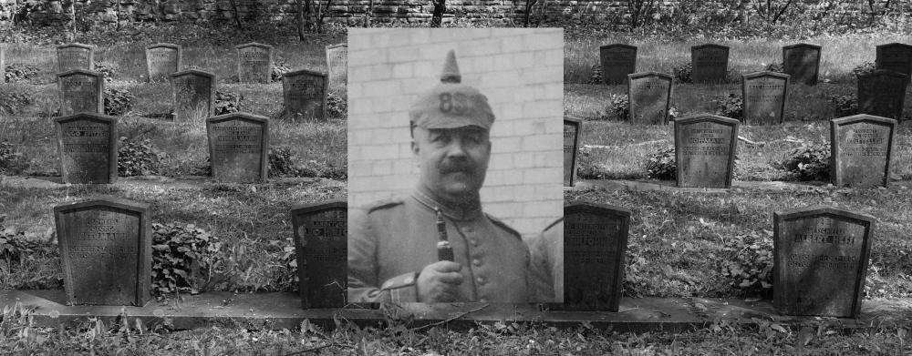 Schwarz-weiß-Foto eines Friedhofs, darüber das Porträtfoto eines Soldaten
