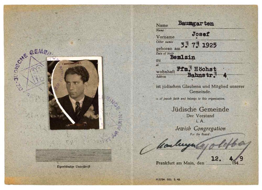 Mitgliedsausweis mit herzförmigen Passfoto, offenbar einem Fotoalbum entnommen