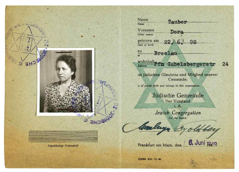 Mitgliedsausweis mit Passfoto einer Frau im geblümten Oberteil