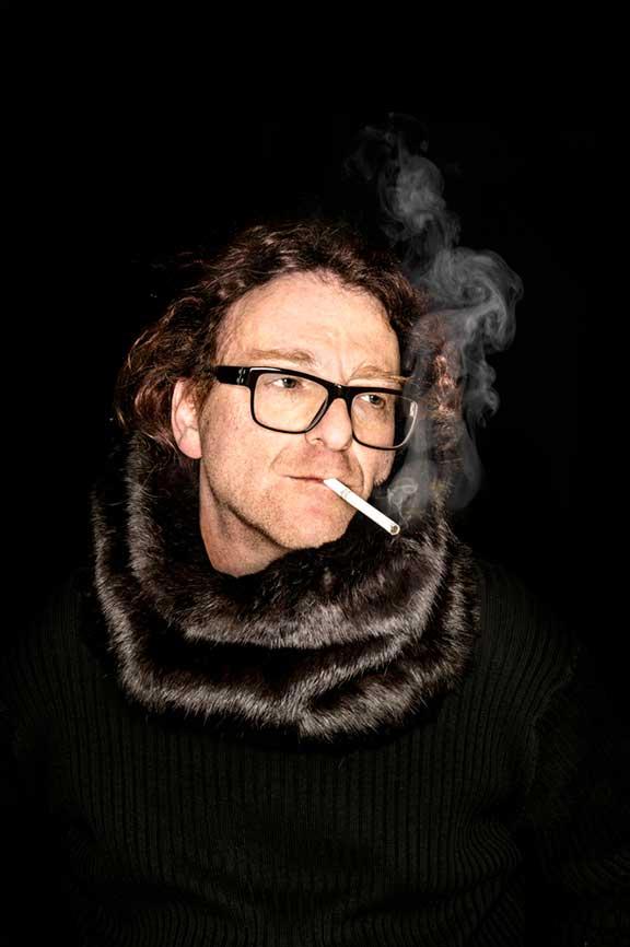 Mann mit Nerzschal und Zigarette