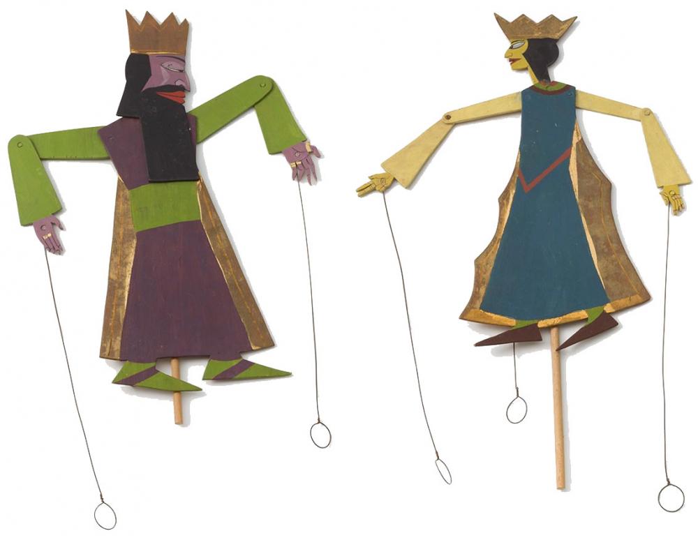 Zwei Spielfiguren mit Kronen und beweglichen Einzelteilen, die mit Nieten miteinander verbunden sind