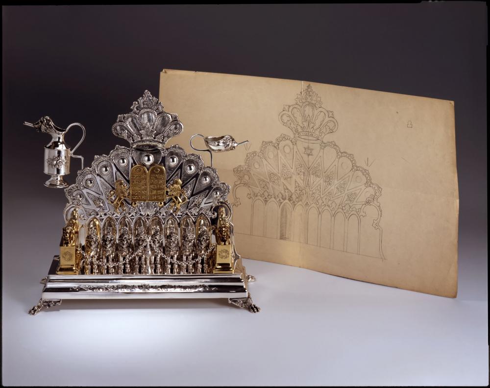 Die Chanukka-Lampe und der Entwurf auf Papier, der fast hundert Jahre alt ist