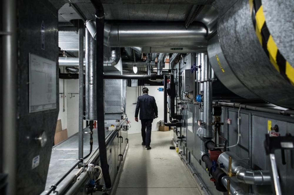 Ein Mitarbeiter der Sicherheit geht durch einen Gang im Keller des Jüdischen Museums Berlin.