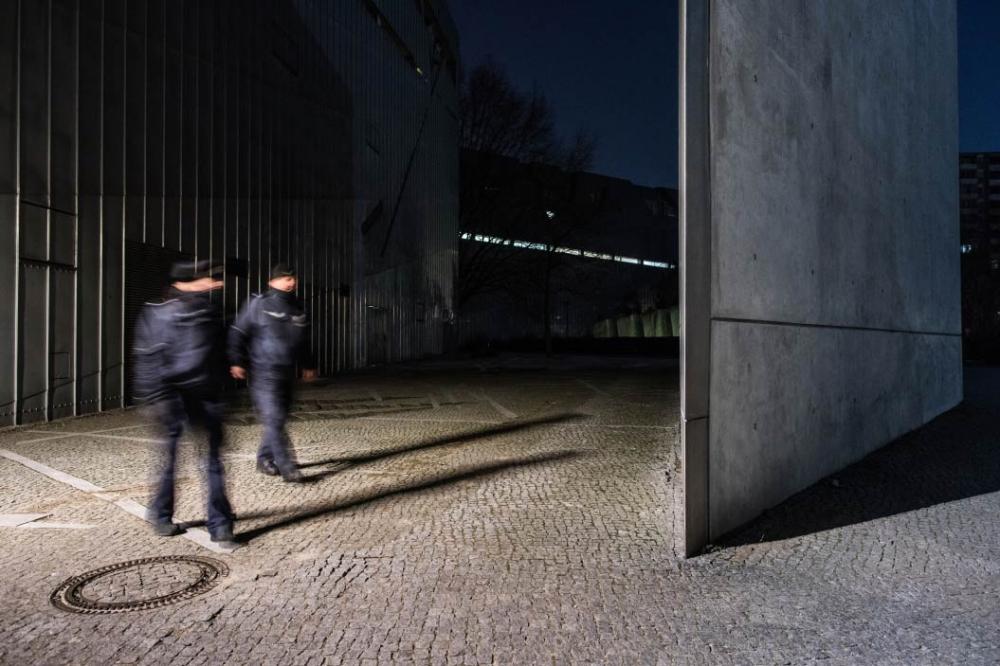 Eine Polistin und ein Polizist passieren den Neubau des Jüdischen Museums Berlin.