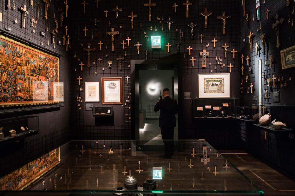 Innenansicht eines Ausstellungsraums mit zahlreichen christlichen Symbolen aus der Ausstellung