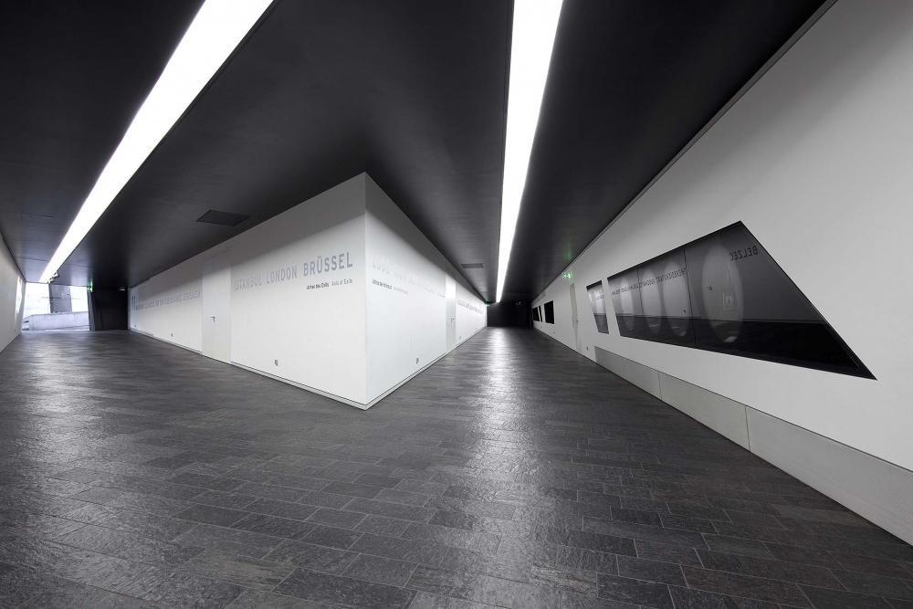 Zwei lange Gänge führen zu den Eingängen des Gartens des Exils und des Holocaust-Turms