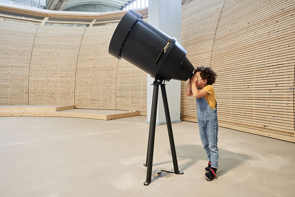Kind an Teleskop
