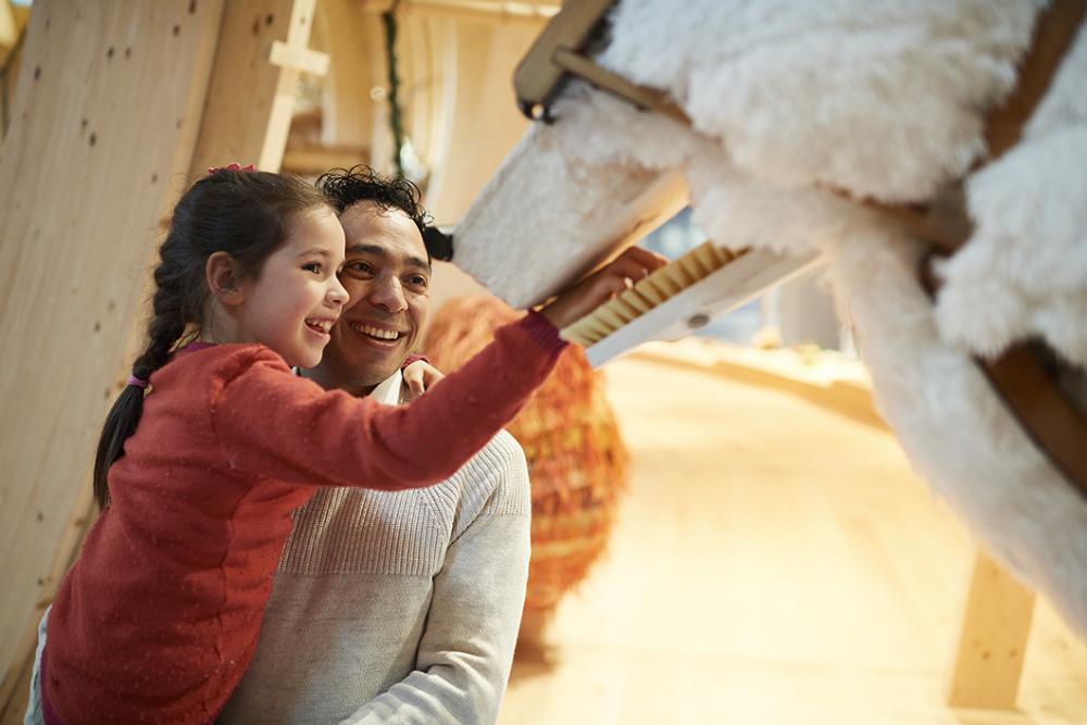 Vater und Tochter an einem der Ausstellungstiere