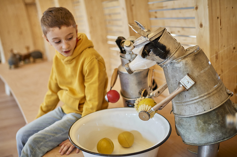 Junge mit einem der Ausstellungstiere in der Kinderwelt Anoha