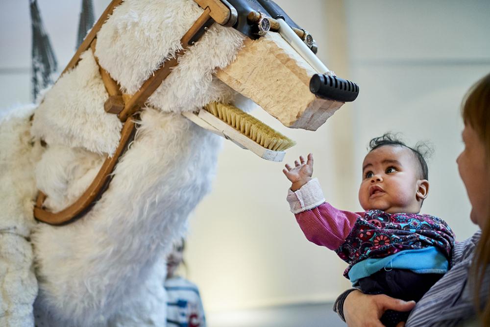 Kleinkind mit Ausstellungstier in der Kinderwelt Anoha