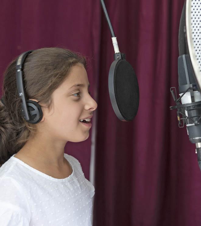 Ein Mädchen spricht das Hörspiel ein