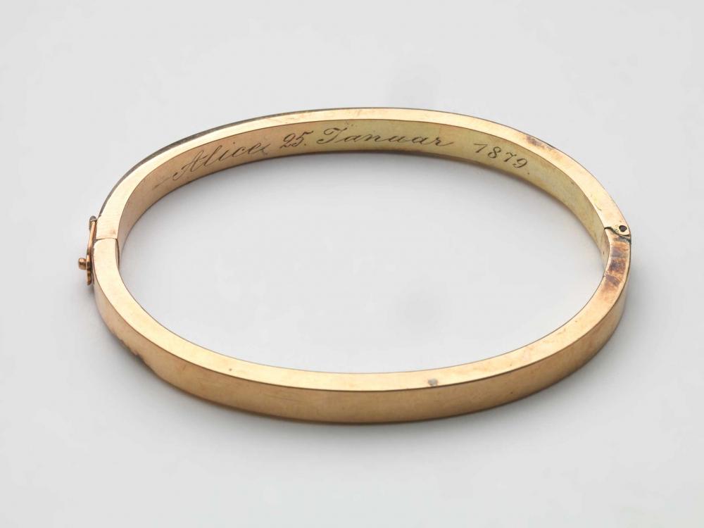 Goldenes Armband mit der Inschrift