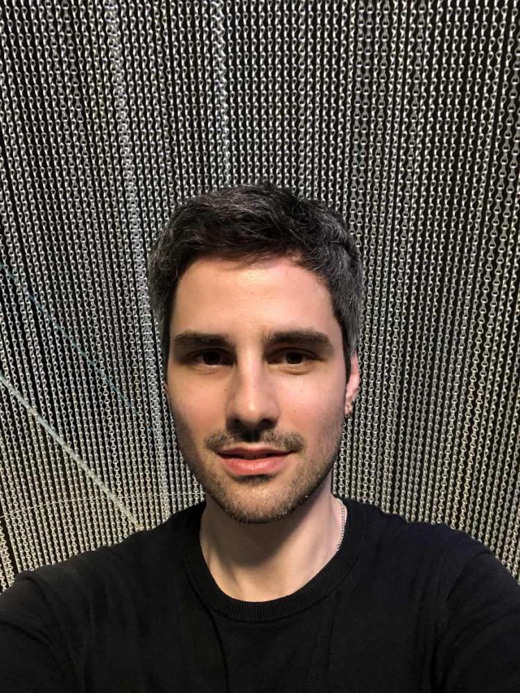 Selfie von Immanuel Ayx mit Kettenvorhang als Hintergrund.