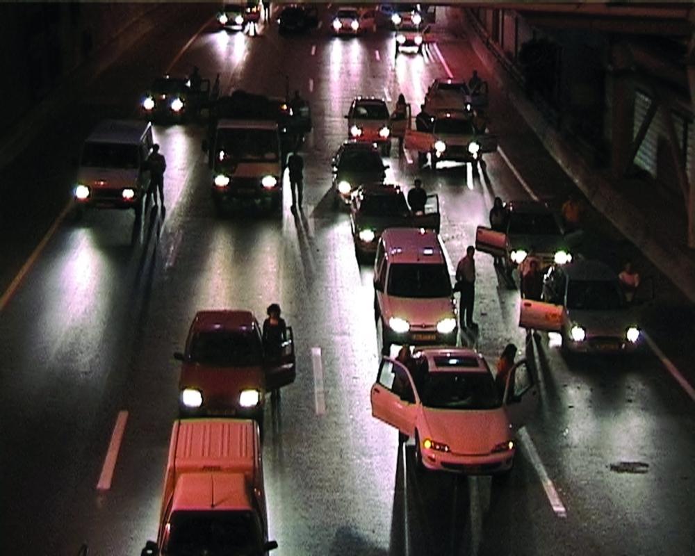 Filmstill mit fahrenden Autos