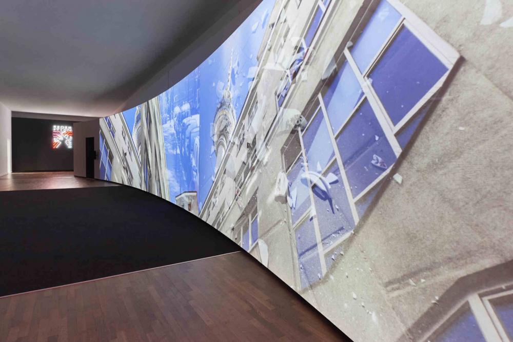 Video-Leinwand, auf der eine Häuserfassade und der Berliner Fernsehturm zu sehen sind
