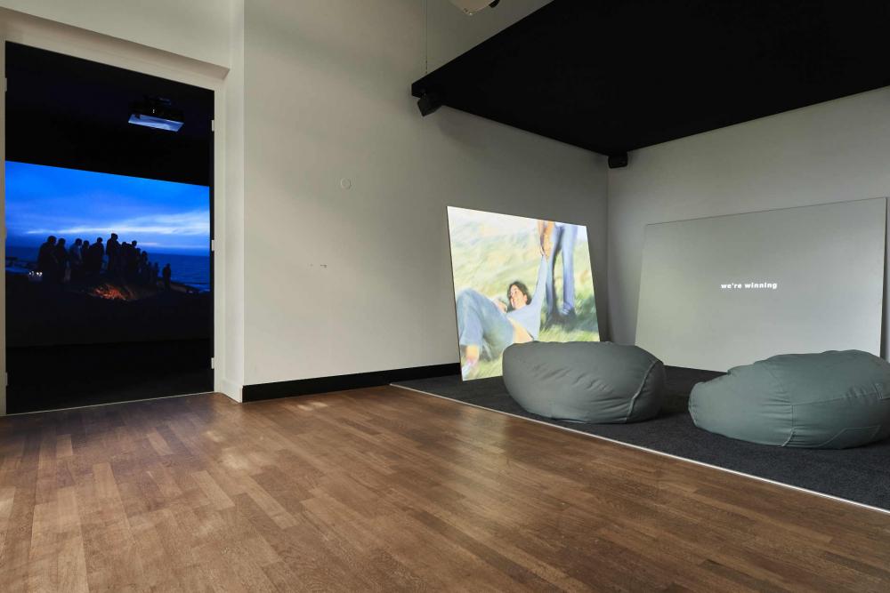 Raumansicht mit Videoprojektionen und Sitzsäcken
