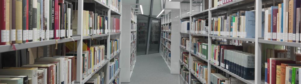 Ein Blick entlang der Bücherregale in der Bibliothek des Jüdischen Museums Berlin