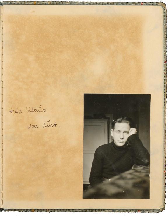 Seite aus einem Notizbüchlein auf die ein Foto geklebt wurde, daneben die Inschrift: Von Klaus für Kurt