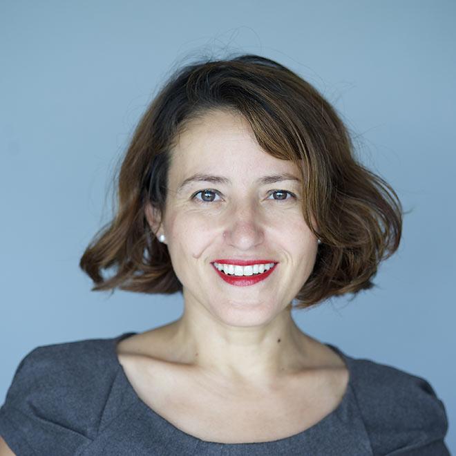 Porträt einer jungen Frau, die lächelt