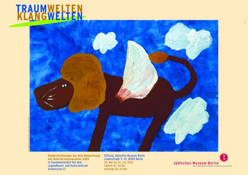 Das Bild zeigt einen gemalten Löwen mit Flügeln vor blauem Himmel mit Wolken