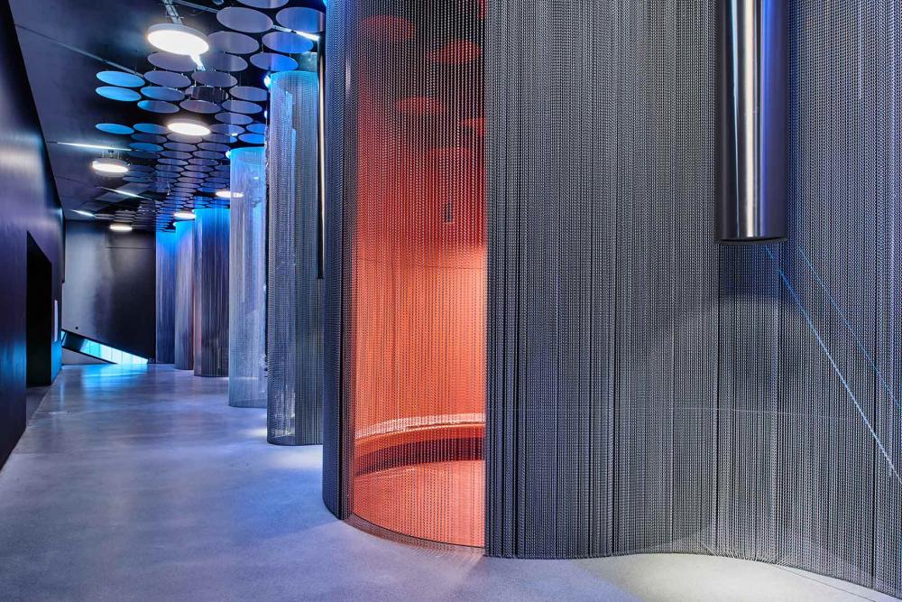Raumansicht mit runden Sitzkojen und hängenden Klangröhren