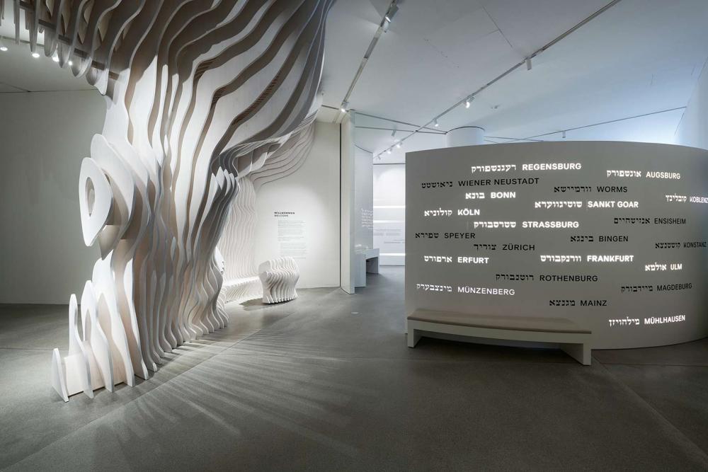 Raumansicht mit einem stilisierten Baum aus Holz