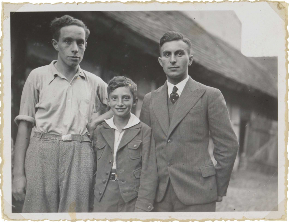 Photography of the siblings Frankenstein, Walter stands between his brothers