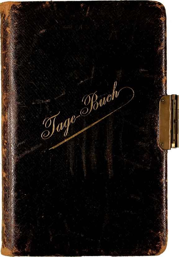 """Abgegriffenes, in Leder gebundenes Büchlein. Schräg über den Einband zieht sich der goldene Schriftzug """"Tagebuch"""", an der rechten Seite ist ein Schloss angebracht"""