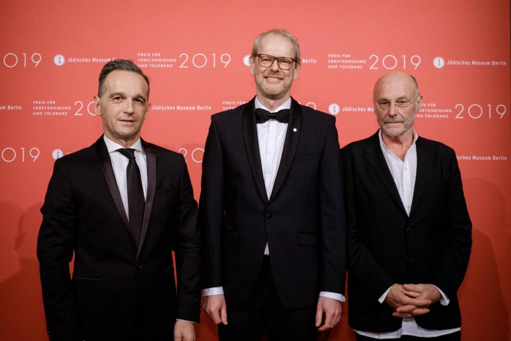 Drei Männer in schwarzen Anzügen