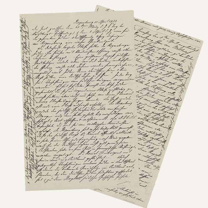 Zweiseitiger handschriftlicher Bericht mit eng beschriebenen Zeilen, auch die Rändern beider Seiten sind mit Einschübe zum Text beschriftet