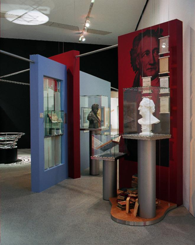 Vitrine mit Goethe-Büste und Büchern im Museumsraum