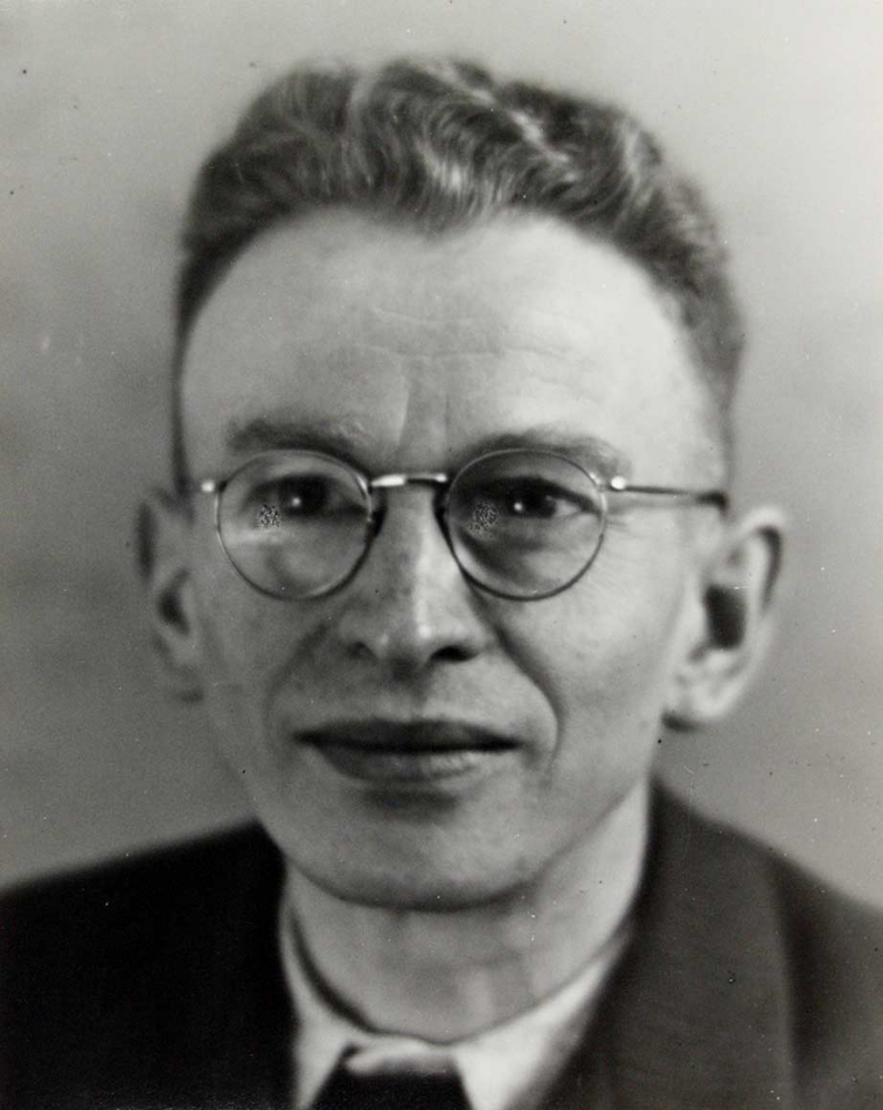 Black-and-white photo: Frontal half-length portrait of Georg Marcuse wearing glasses and a suit