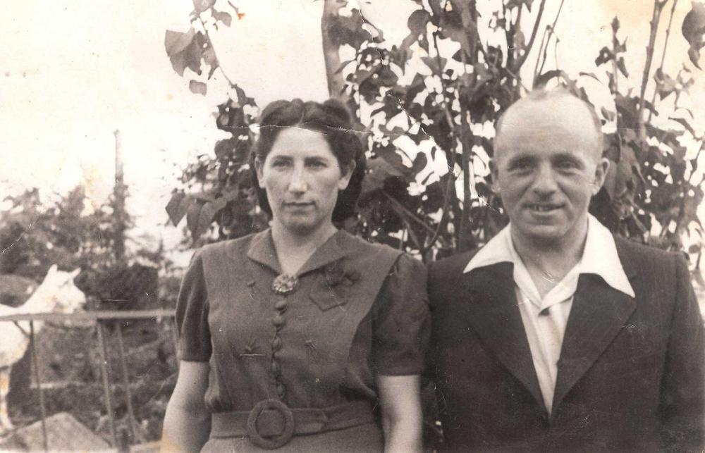 Vergilbte Schwarz-Weiß-Fotografie einer Frau im Kleid und eines Mannes mit Jackett