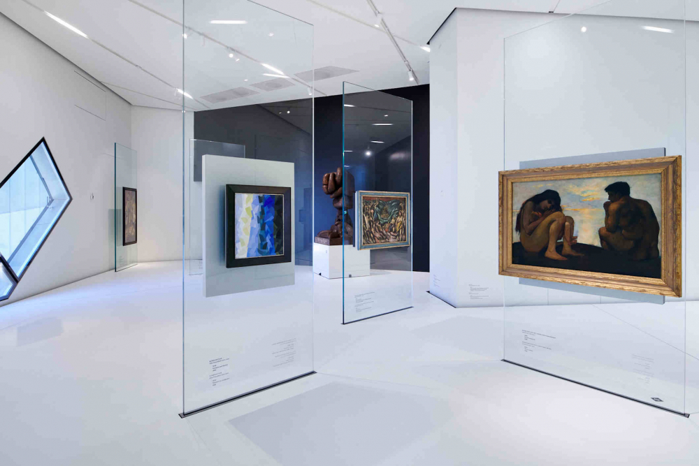 White room, Galsstelen, from which paintings hang