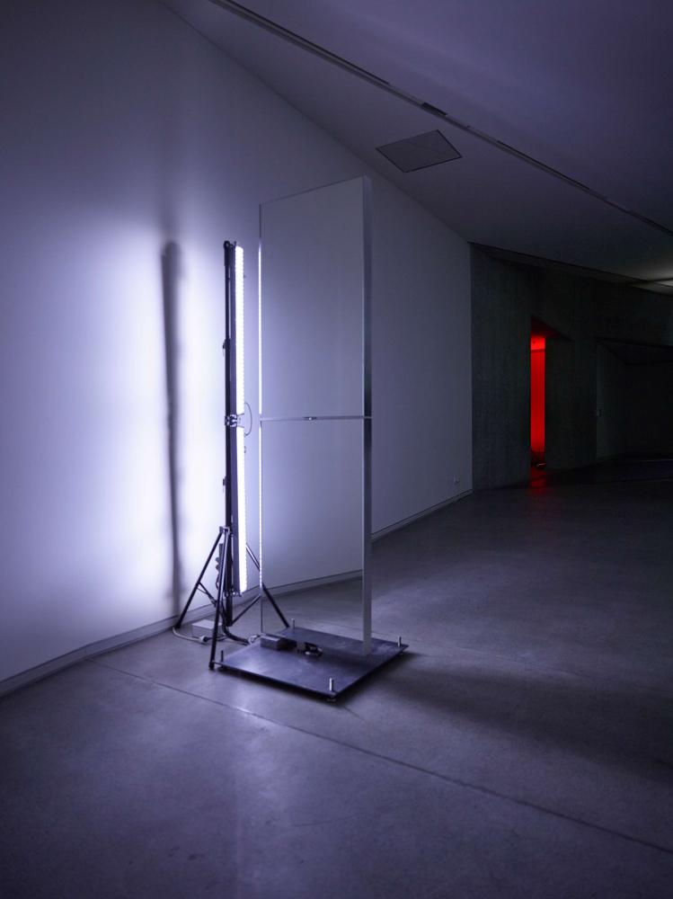 Ein Spiegelelement wird von einer Leuchte angestrahlt