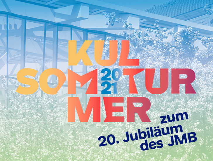 Grün-blaue Grafik mit Bäumen vor der Glashof-Fassade, darüber die Aufschrift Kultursommer 2021, zum 20. Jubiläum des JMB