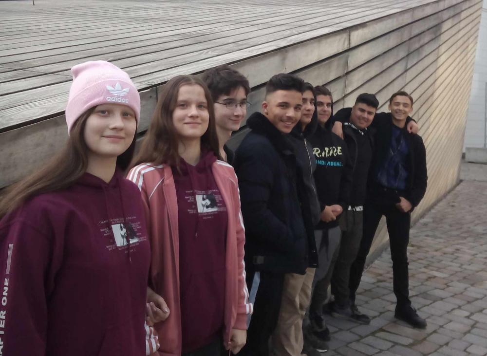 Acht Jugendliche vor dem Eingangskubus der Akademie des Jüdischen Museums Berlin