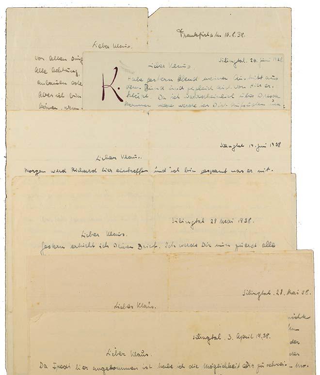 Mehrere handschriftliche, übereinanderliegende Briefe