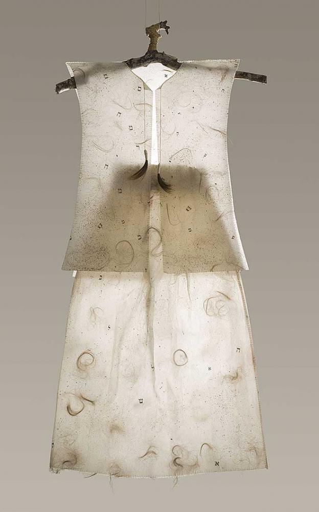 Kleid aus Papier mit eingearbeitetem Echthaar