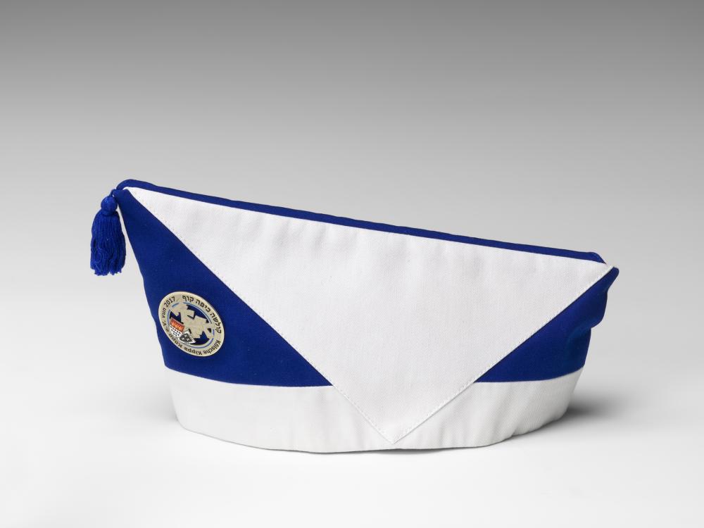 Handgefertigtes blau-weiß-rotes Krätzchen (Gesellschaftsmütze bzw. Narrenkappe) des jüdischen Karnevalsvereins Köllsche Kippa Köpp e.V., rechte Seite, Logo sichtbar