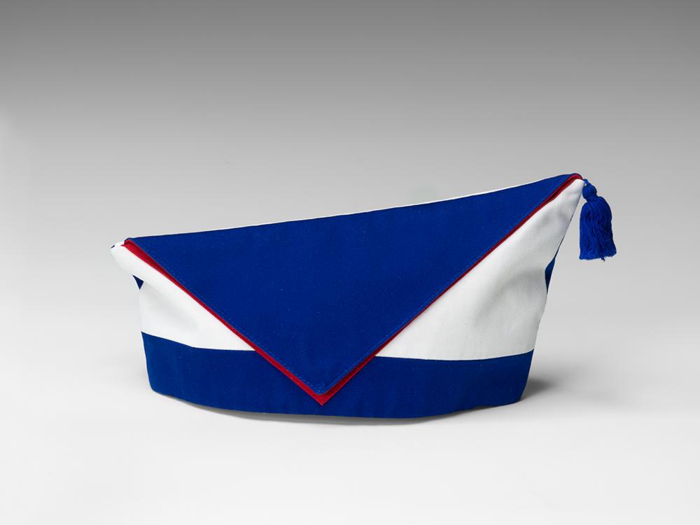 Handgefertigtes blau-weiß-rotes Krätzchen (Gesellschaftsmütze bzw. Narrenkappe) des jüdischen Karnevalsvereins Köllsche Kippa Köpp e.V., linke Seite