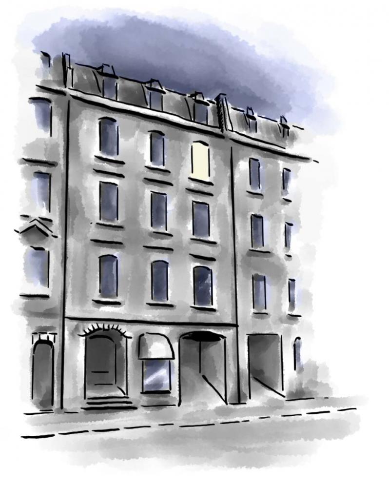 Zeichnung: Straßenansicht eines vierstöckigen Wohnhauses im Dunkeln, mit erleuchtetem Fenster im 4. Stock