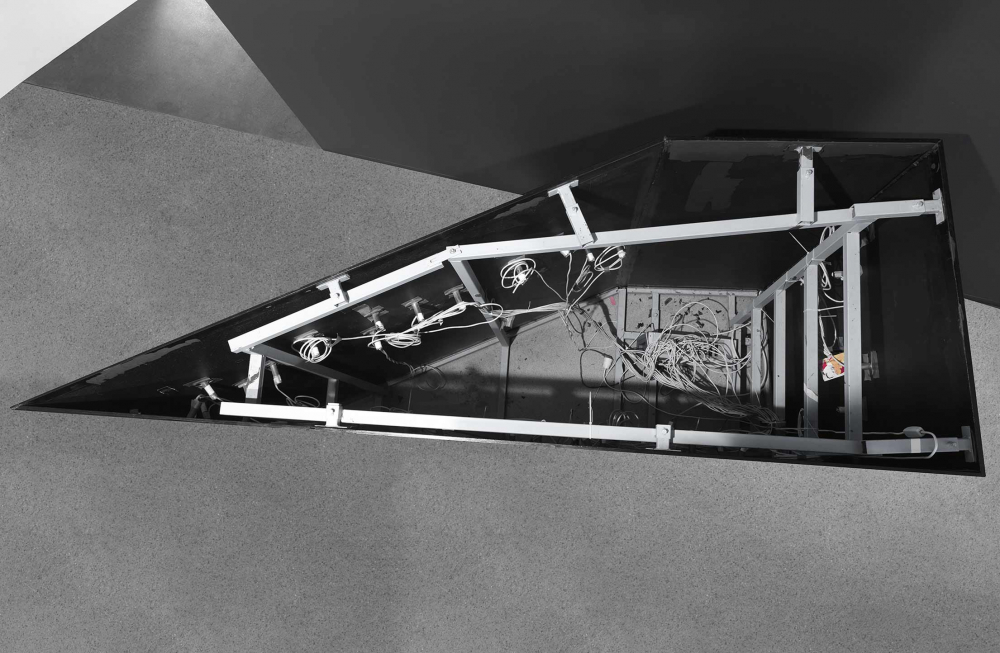 Blick von oben in des hohle Innere der Skulptur: man sieht Kabelsalat