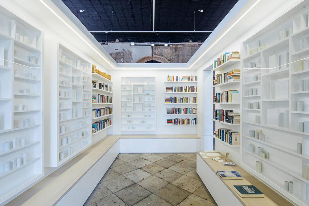 Bücherregale mit Büchern