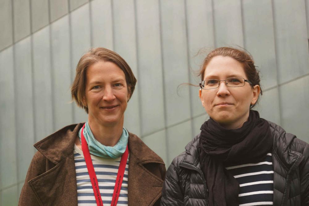 Porträt von Birgit Mauer-Porat und Valeska Wolfram, im Hintergrund sieht man die Metallverkleidung vom Libeskind-Bau.
