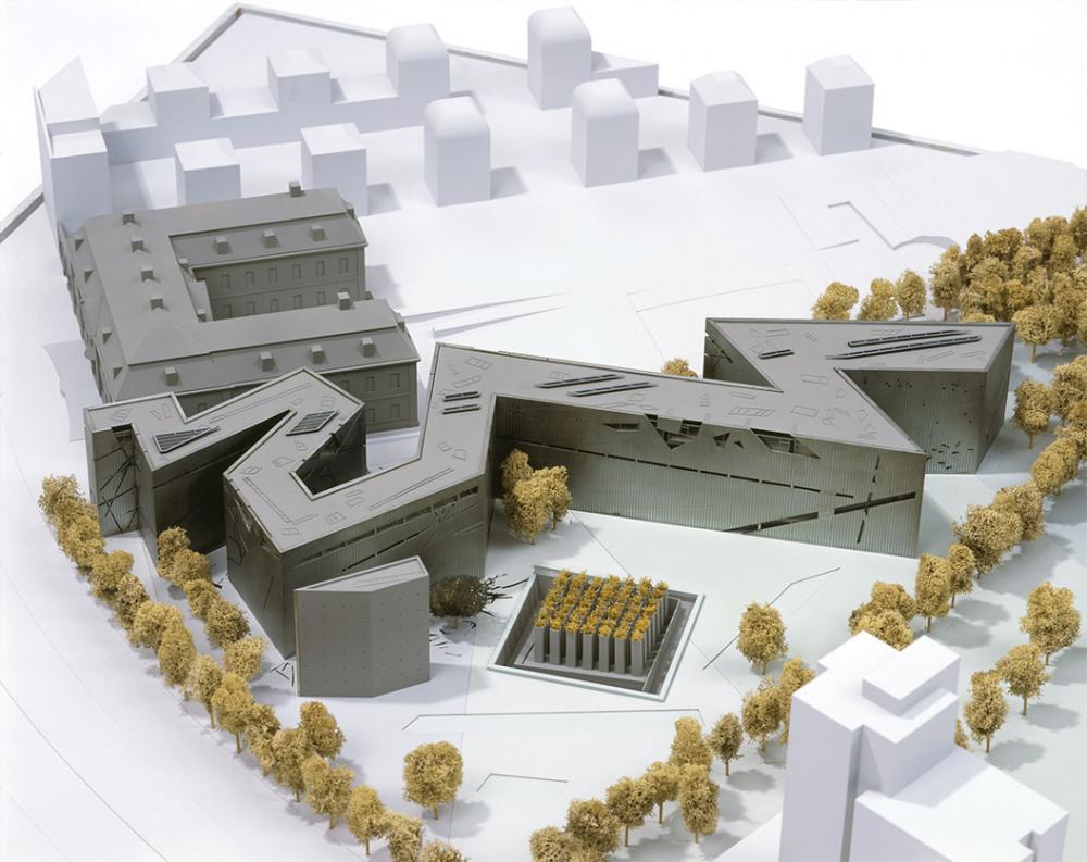 Architekturmodell, auf dem der barocke Altbau und der Entwurf des Neubaus von Daniel Libeskind sowie der Garten des Exils zu sehen sind.