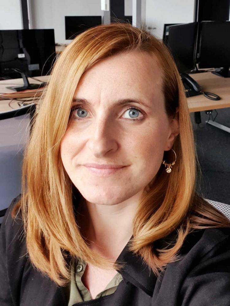 Selfie von Anika Nowak-Wetterau in einem Büro