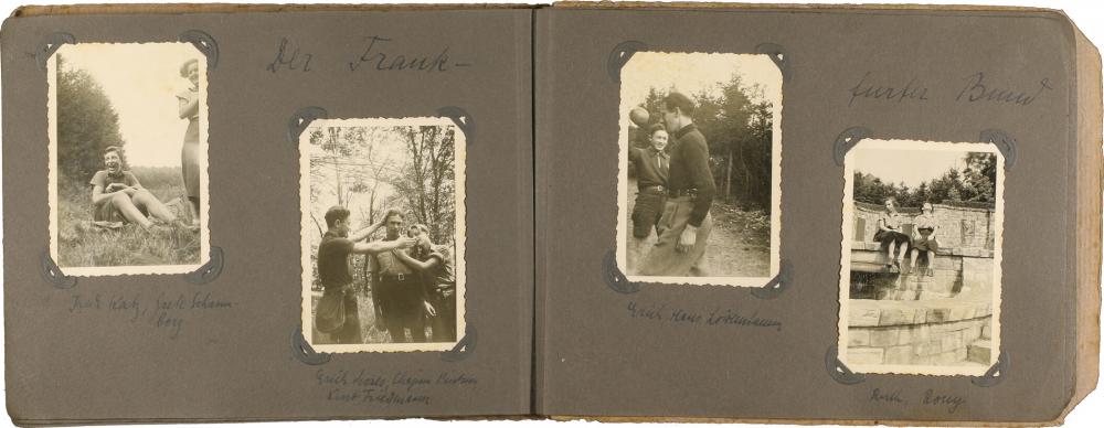 Aufgeklappte Doppelseite eines Fotoalbums, jede Seite ist mit zwei Schwarz-Weiß-Fotos beklebt, die jeweils zwei bis drei Jugendliche bei Ausflügen zeigen