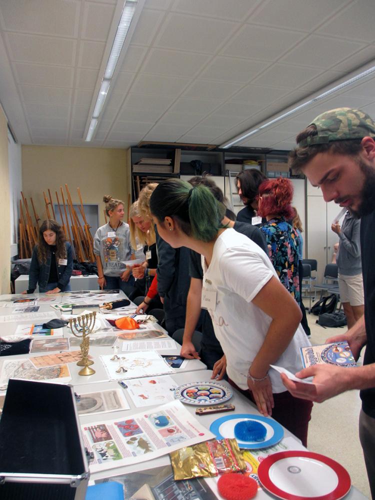 Schüler*innen erforschen die bereitgestellten Materialien zu jüdischem Leben
